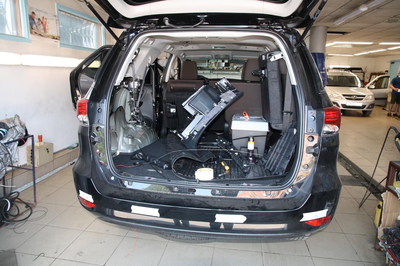 Установка датчиков парковки на Toyota Fortuner